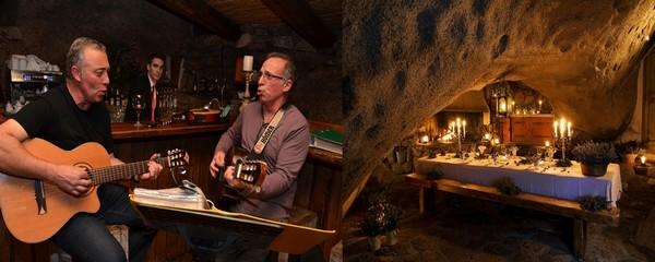À La Table de la Grotte, l'un des trois restaurants du domaine avec celui de la plage et de la ferme, blotti au creux d'immenses chaos granitiques, les veillées sont par définition inoubliables. Crédit photo David Raynal/Camille Moirenc.