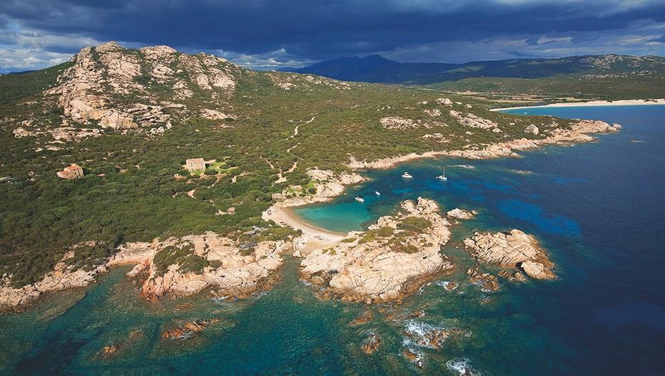 A l'extrême sud de la Corse, entre Sartène et Bonifacio, le domaine de Murtoli s'étend sur plus de 2500 hectares et embrasse 8 km de côte sauvage et inviolée. Crédit photo Camille Moirenc.