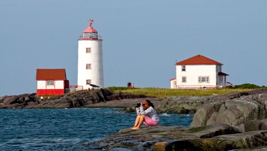 Du phare de l'île Verte, doyen des phares québécois, on aperçoit ceux de l'île Rouge et du Haut- fond Prince.  © Québec Maritime.