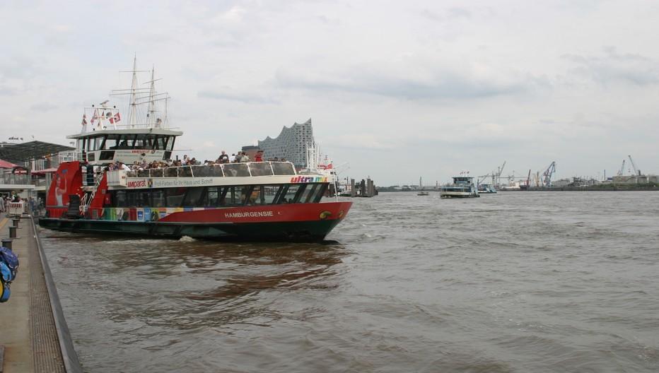 Le trafic fluvial, on pourrait dire maritime, tant la mer du Nord est toute proche, est intense et éclectique. © Richard Bayon