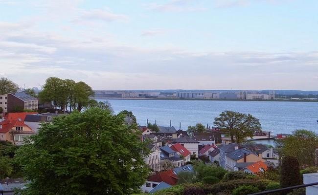 Sur la rive Nord de l'Elbe, le quartier très résidentiel, de Blankenese où les somptueuses villas côtoient les plus chics propriétés noyées dans de la verdure. © DR