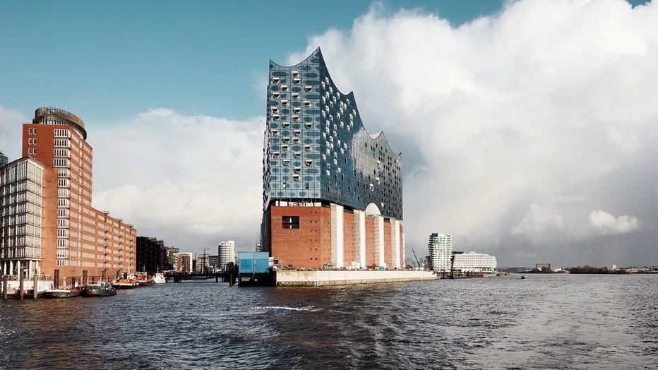 Au bout des quais de l'ancien Port Franc de Hambourg, se dresse l'imposante Elbphilarmonie, une œuvre architecturale colossale, signée par les architectes suisses Herzog &Meuron . ©L' elphilharmonie.de..