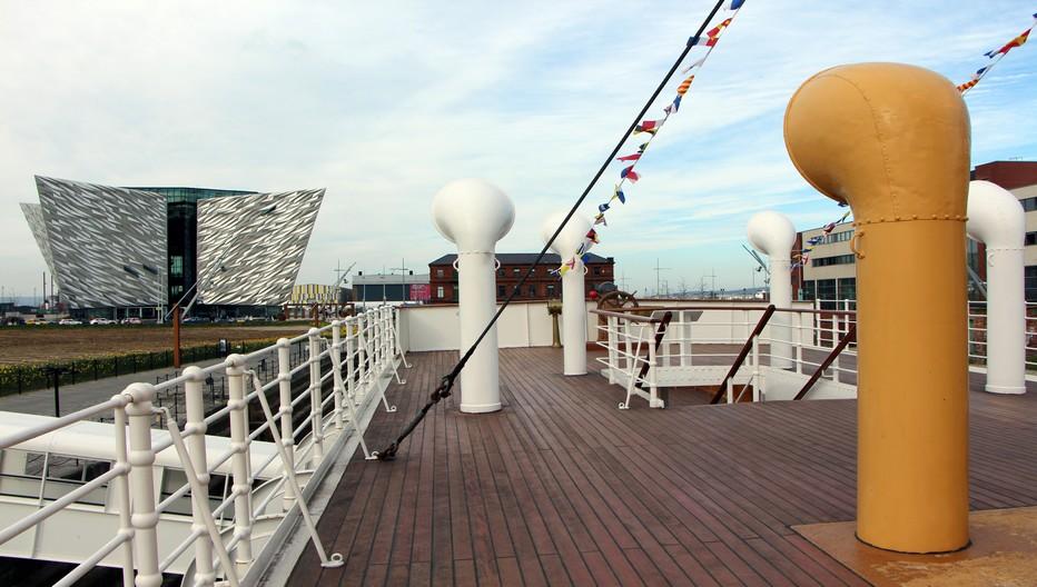 Entrez en immersion totale dans l'histoire du Titanic, le paquebot construit à Belfast dont le destin tragique a défrayé la chronique. Prise de vue sur le pont du Nomadic le navire qui a autrefois transporté des passagers de première et deuxième classe de Cherbourg jusqu'au Titanic © David Raynal