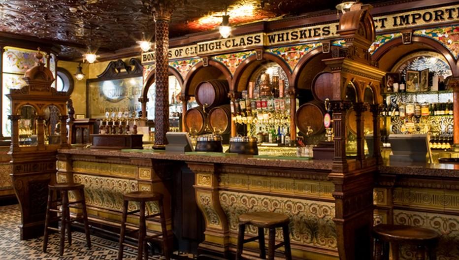 le Crown Liquor Saloon est un incroyable témoignage de l'époque victorienne, avec ses alcôves, ses boiseries, ses lampes à gaz et ses vitraux. © ireland.com