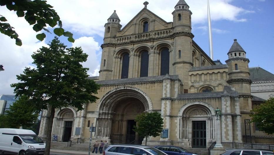 Le quartier de la cathédrale  l'un des quatre quartiers animés de la ville tire son nom de la cathédrale Ste Anne.  © Lynne.m