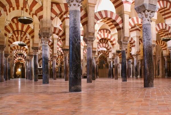La Mezquita,au total, 850 colonnes bi-chromées et une multitude de nefs s'y croisent et s'entrecroisent  © Unesco.org