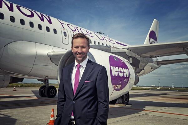Skuli Mogensen pose devant l'un de ses avions. Cet homme d'affaires Islandais est le fondateur de la Cie WOW Air.   © wow Air