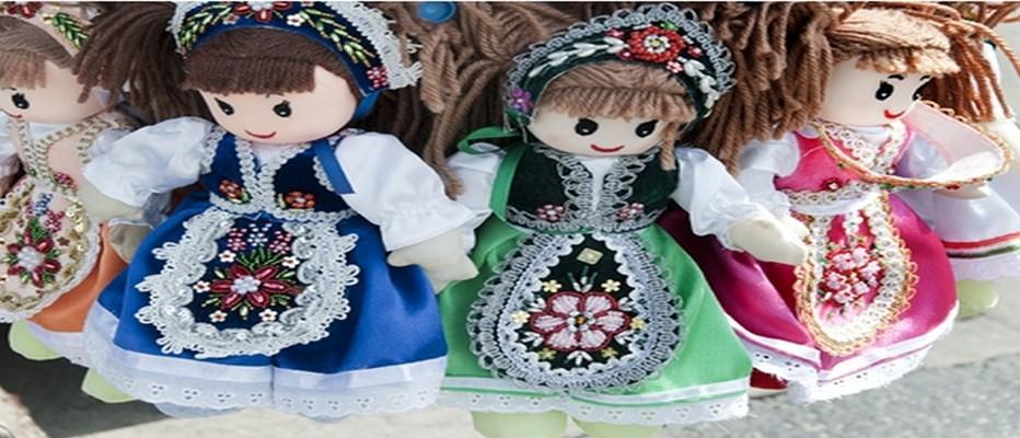 Sur le marché de Noël de Budapest des spectacles de danse et musique traditionnelles et dans les stands des ravissantes poupées de chiffon ©Budapest-Small