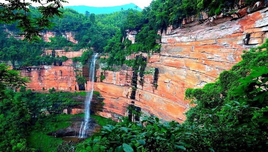 Chutes et  torrents  dont ceux de Shizhangdong, à seulement 39 km de la ville de Guizhou.  © Danxia  ONTC