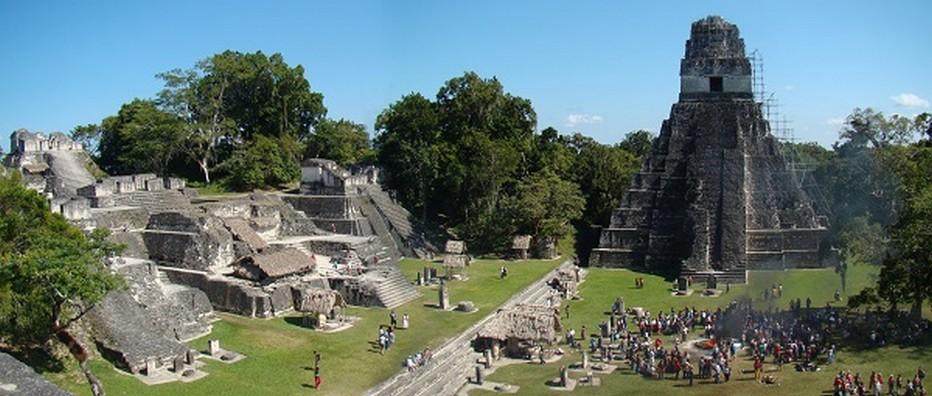Les temples de Tikal, la sœur maya du Guatemala, se dressent haut vers le ciel, dépassant de leur splendeur sacrée les sommets de la canopée.  © Lindigomag/Pixabay.com