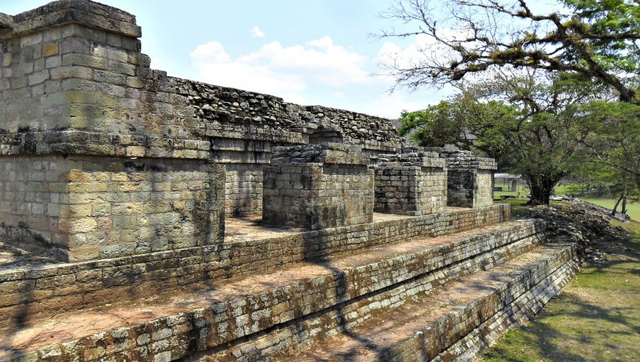 Pour comprendre la construction en superpositions des pyramides de Copan il est recommandé de visiter les tunnels creusés par les archéologues le long des parois souterraines des temples;  © Lindigomag/Pixabay.com