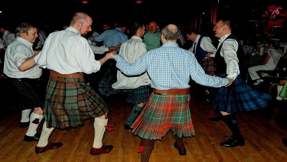 Après le discours et le dîner  La soirée se poursuit joyeusement par des danses traditionnelles écossaises appelées «ceilidh».©  Lindigomag/Pixabay.com