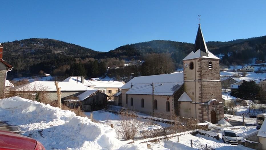 Le petit village vosgien de Rochesson et l'église Saint-Blaise veillent sur le domaine skiable des Truches. Il bénéficie également d'une situation privilégiée aux frontières de l'Allemagne, du Luxembourg et de la Suisse et à proximité immédiate de Remiremont, Gérardmer, La Bresse et Plombières. ©Bertrand Munier