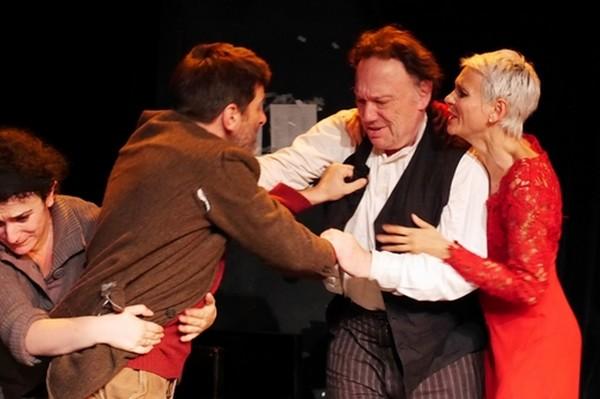 Dans un  psychodrame final Oncle Vania agresse le professeur dont il a géré le domaine . © Théâtre Essaïon