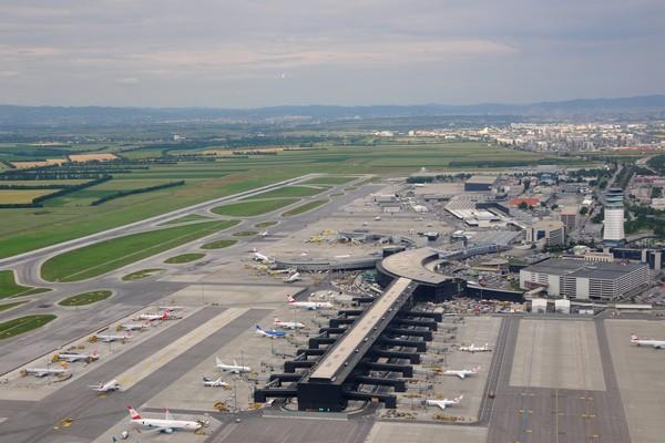 L'aéroport de Vienne-Schwechat (Vienna International Airport) a vu transiter en 2014 à peu près 22,5 millions de passagers sur quelque 230 800 vols. © Wilkipédia.org
