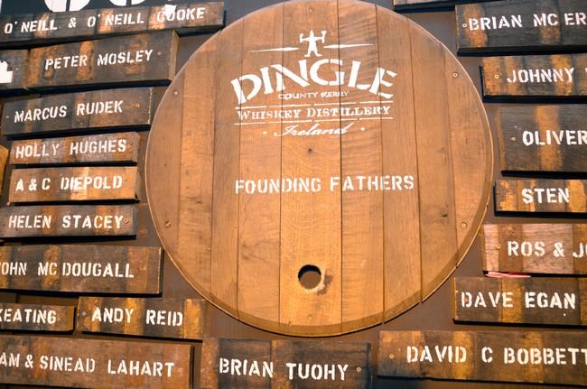 """Pour l'heure, les premières productions de Whiskey sont en phase de vieillissement. Il est donc impossible de les déguster avant 2018.Il est cependant possible de découvrir sur ce """"mur de la renommée"""" les noms des généreux donateurs de la distillerie.© David Raynal"""