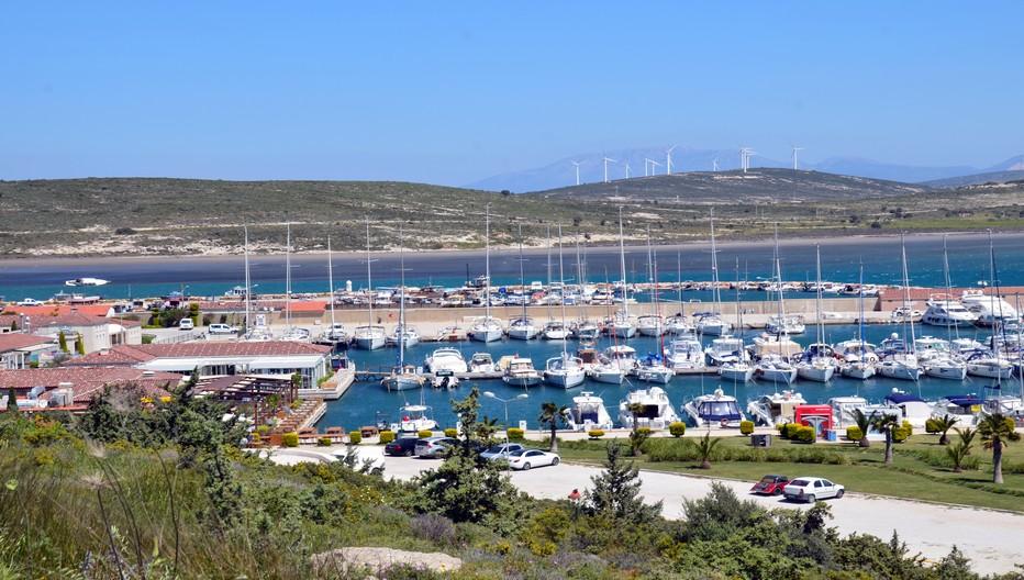 Alaçati est le spot turc des véliplanchistes et plus récemment des kitesurfeurs, grâce au vent étésien (Meltem en turc) qui souffle en permanence sur la côte méditerranéenne orientale. Crédit photo David Raynal