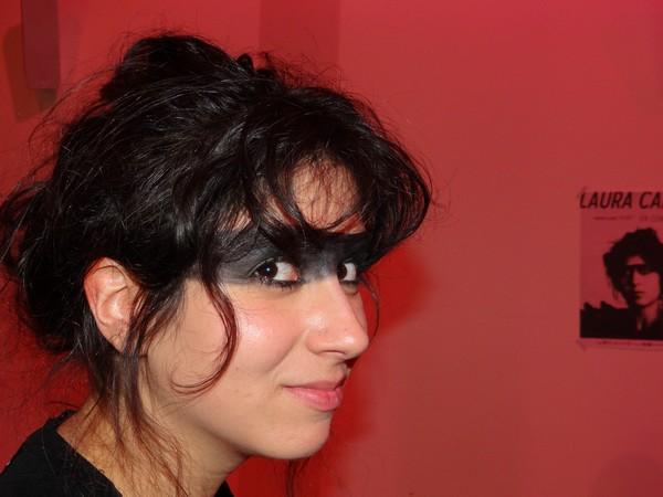 Même murée derrière un maquillage noir autour des yeux, totalement ancrée dans son « habit » d'artiste, Laure Cahen se veut une artiste libre pour capter d'autres horizons. ©Bertrand Munier