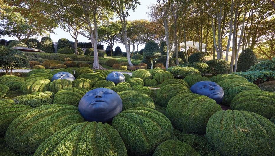 Le jardin Emotions créé à partir de buis est particulièrement intéressant et abrite d'étonnantes figures de l'artiste espagnol Samuel Salcedo créées en résine élastomère.  © Les Jardins  d'Etretat