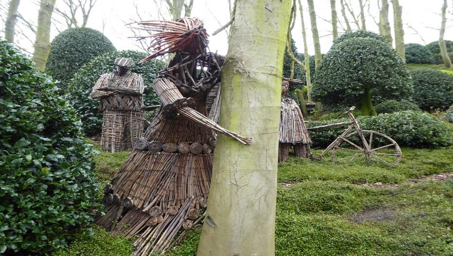 Dans le jardin Avatar des mains expertes ont entrelacé personnages, troncs et racines des arbres. © Jardin d'Etretat