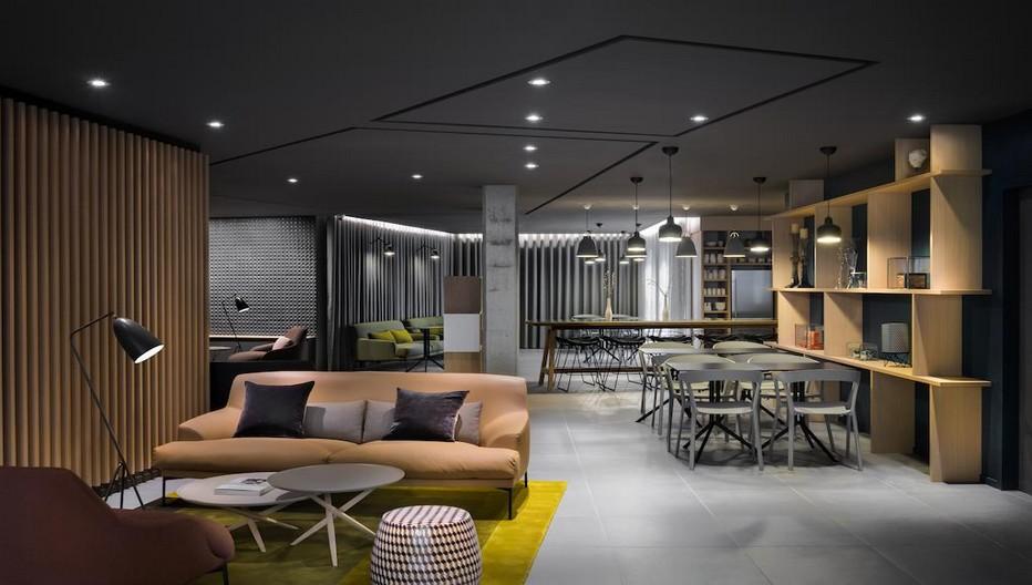 Le Salon du rez-de-chaussée est l'endroit convivial. © Photos Okko Hôtels.