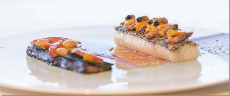 Plat poisson et crustacés réalisé par le chef Pierre-Yves Lorgeoux,  © hotel.thalasso-carnac.com/destination-hotel-les-salines.html