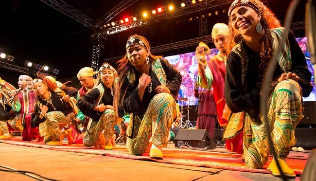 """La musique Gnaoua est aussi représentée par des groupes de femmes d'Essaouira, appelées «Mqadamate"""" pour le féminin de """"Maalem"""". Copyright MDK/Festival Gnaoua"""