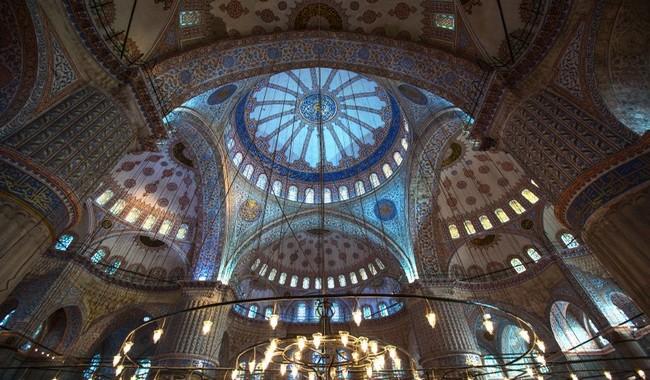 A l'intérieur, une lumière tamisée se diffuse à travers 260 vitraux à dominante bleue comme les milliers de faïences d'Iznik aux motifs floraux.  © Lindigomag/Pixabay