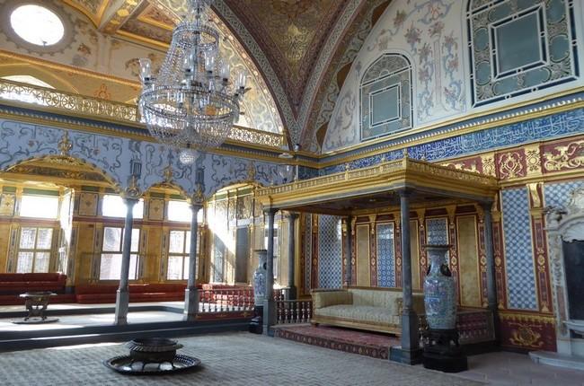 A Topkapi, le palais où se sont succédé vingt six générations de sultans. Ici l'une des chambres somptueuses du harem.  © C.Gary