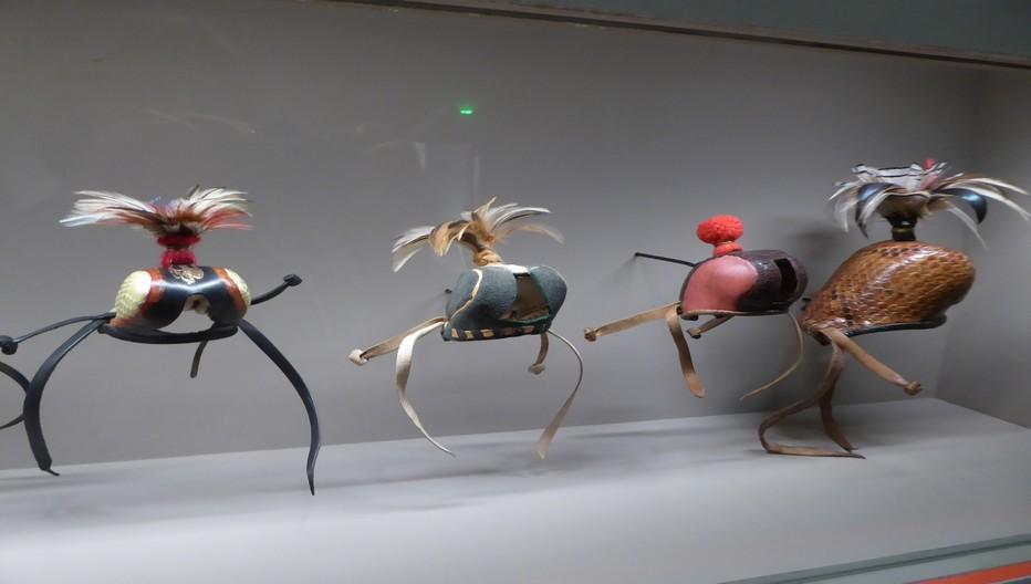 Au musée de la Chasse de Gien la fauconnerie est représentée par les prises de haut et de bas vol, les délicats chaperons de cuir couvrant la tête des rapaces. Copyright C.Gary