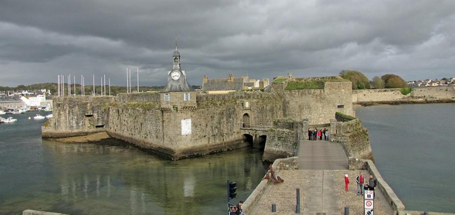 La Ville Close est un berceau creusé dans la roche il y a plus de 1000 ans auquel on accède par l'ancien pont-levis traversant les remparts et leurs neuf tours..© Wikipedia