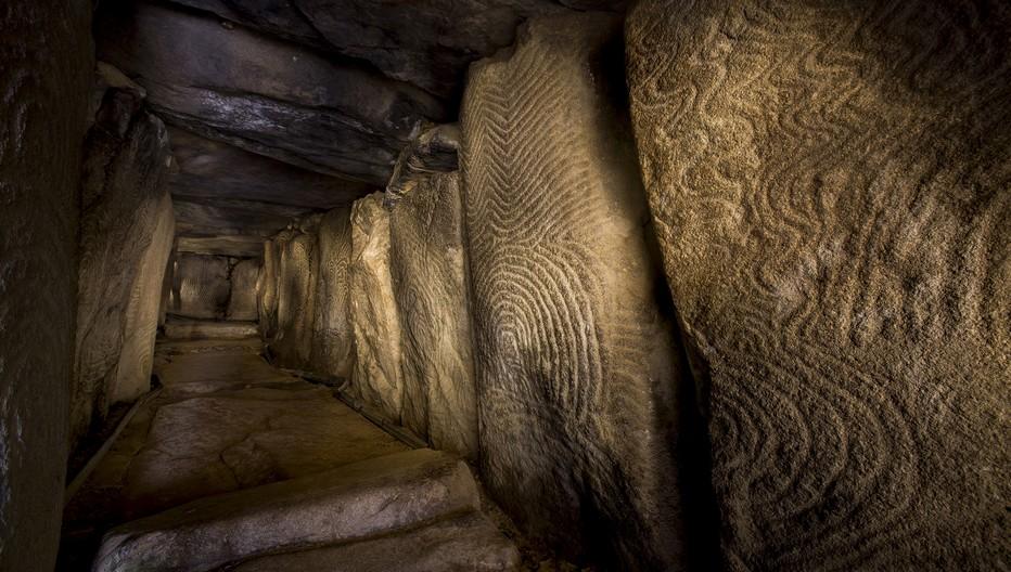 Le passage dans l'étroit goulot de ce cairn de 50 mètres de diamètre se fait tête penchée et mène à la salle funéraire dont les gravures sont d'étonnantes œuvres d'art rupestre du néolithique; Copyright Eric Frotier de Bagneux/Morbihan