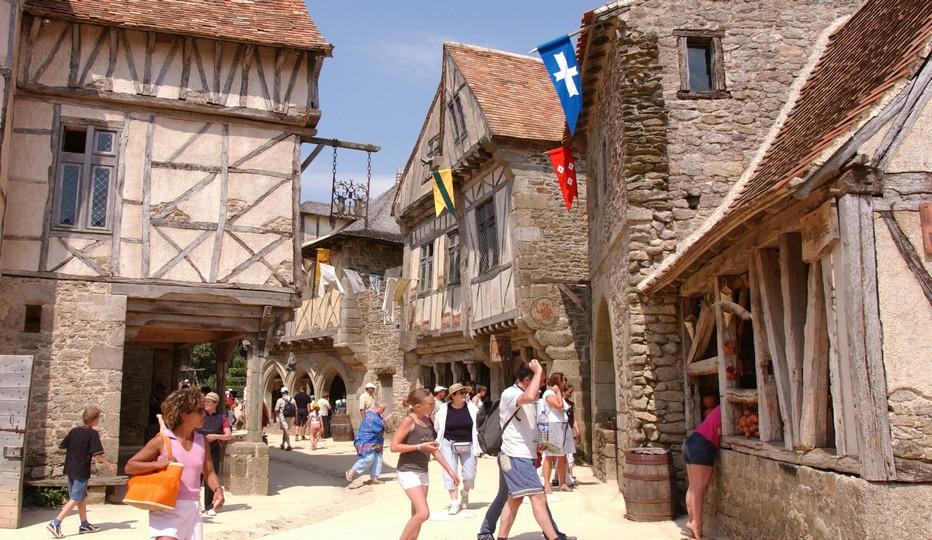 Dans les rues du village médiéval au Puy du Fou. Crédit photo D.R.