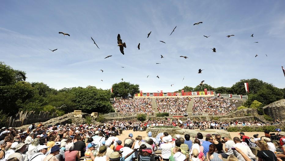 Dans le Bal des Oiseaux Fantômes, les hiboux et les vautours vous frôlent de leurs ailes géantes.Crédit photo Le Puy du Fou D.R.