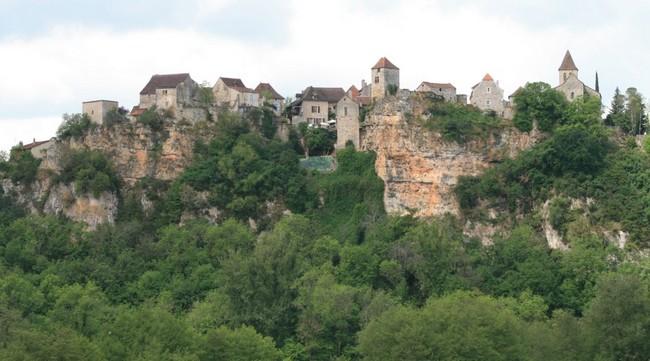 village de Calvignac qui fut, à l'instar de Saint Cirq-Lapopie, le fief d'une ancienne seigneurie. ©  Wikipédia