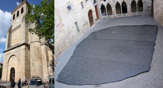 De gauche à droite : Figeac. Eglise Saint-Sauveur XIe siècle ;Reconstitution de la pierre de Rosette. Place des ecritures. Figeac.  © dts Bautsch