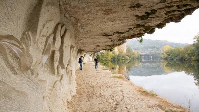 Entre Bouzies et Saint-Cirq, le chemin de halage creusé par l'homme. © Lot Tourisme Novello