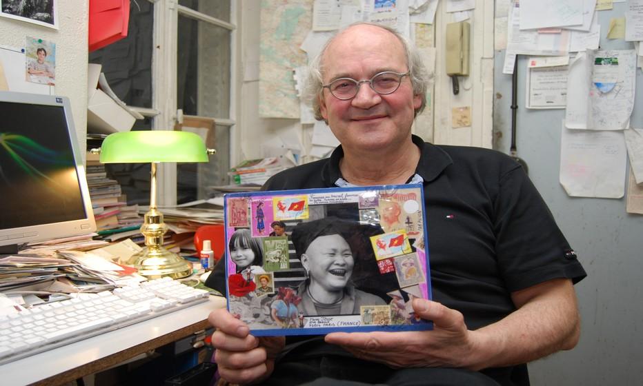 En marge de ses voyages, Pierre Josse, le rédacteur en chef des Guides du Routard confectionne des enveloppes et des cartes postales réalisées dans l'esprit du mail art. Crédit photo David Raynal