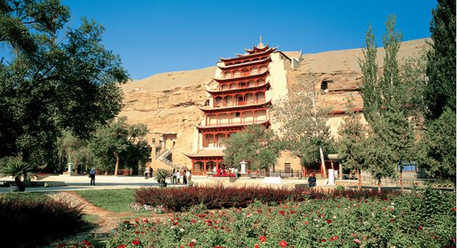 A 25 km de Dunhuang arrivée devant la majestueuse porte aux 492 grottes de Mogao inscrites en 1987 au Patrimoine mondial.© OT Chine