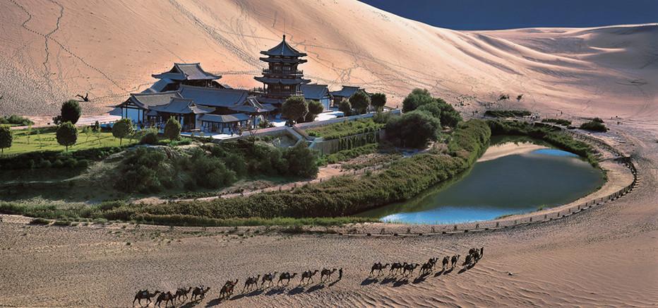"""Un site exceptionnel : La source """"en croissant de lune"""" Yueya qui émerge du sable et la dune """"du sable chantant"""" Mingsha  qui, elle, siffle sous le vent.© OT.Chine"""