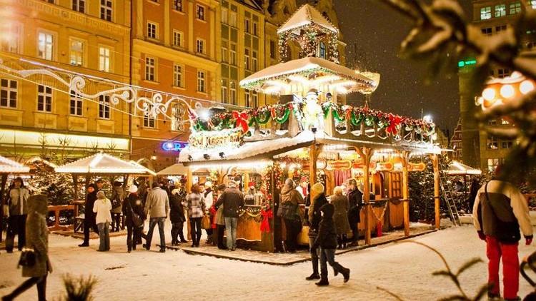 Au-dessus du marché de Noël de Wroclaw plane chaque année un magnifique moulin à vent en forme d'étoile. Crédit photo office de tourisme de Pologne.