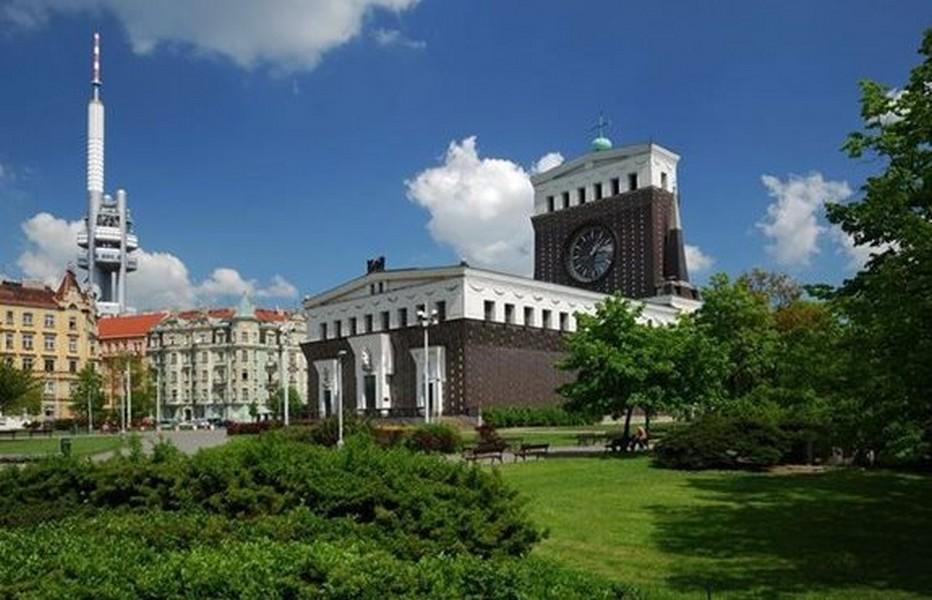 Jiřiho Poděbrad et son étonnante église du Sacré-Cœur, l'édifice sacré le plus important de Prague. (Copyright Czech Tourism)