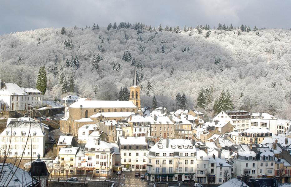 La ville de Bouillon sous la neige. Entourée de forêts, la ville s'étend dans et autour d'un méandre accentué de la Semois, un affluent de la Meuse. Crédit photo Christel François.