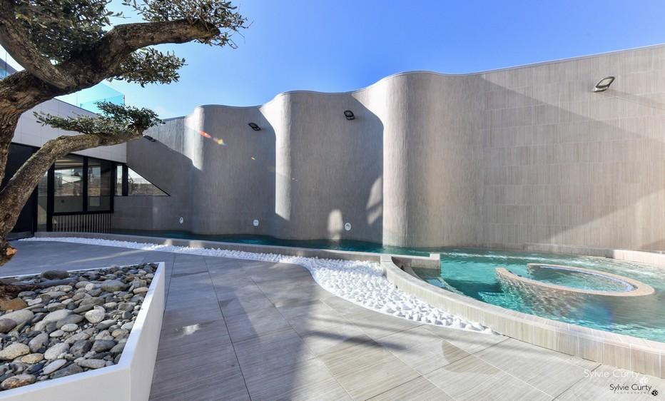 Plonger dans la piscine intérieure qui s'ouvre dès les beaux jours sur l'extérieur…Spa marin ©_Sylvie Curtys