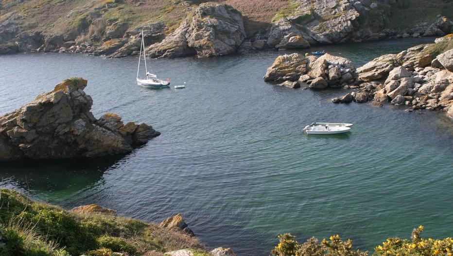 Des côtes de falaises rocheuses au nord ouest alternent avec des  anses naturelles comme Port St Nicolas © Richard Bayon
