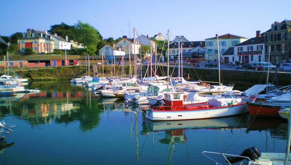 Le charmant Port Tudy sur l'ïle de Groix et la multitude de bateaux de plaisance mêlés aux chaluts de pêche. © O.T. Bretagne