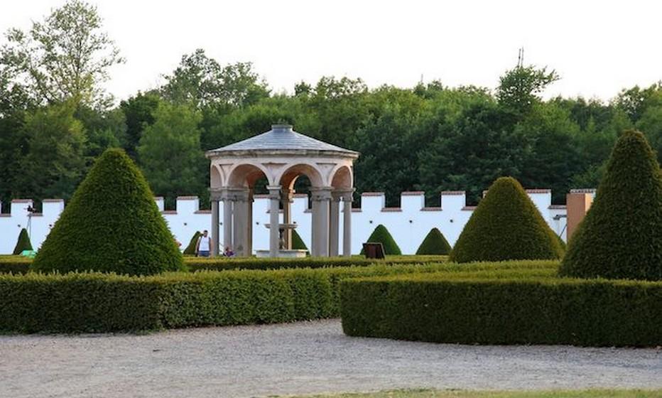 Les seize parterres de buis et d'ifs disposés en symétrie dans le jardin Renaissance, autour de sa jolie rotonde protégeant la fontaine, le tout étant clos de murs crénelés… © DR