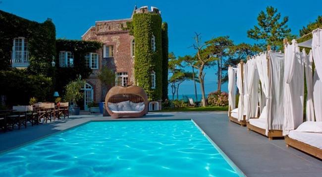 Le Donjon et  sa très belle piscine extérieure chauffée en saison.  ©  Domaine  Saint-Clair - Le Donjon.