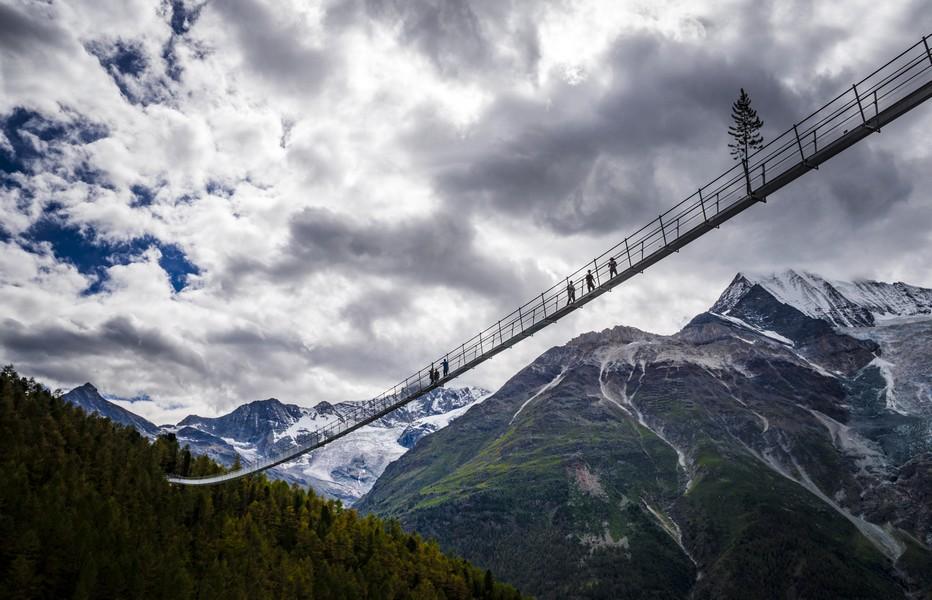 A Zermatt la germanophone, il faut traverser le pont suspendu Charles Kuonen sur le Sentier de l'Europe qui a été inauguré durant l'été 2017.  ©Valentin Flauraud