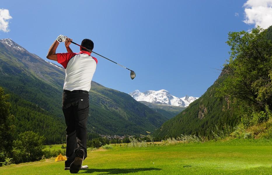 Le golf fait aussi partie des nolmbreuses activités sportives en Suisse © Leander_Wenger